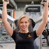 Power & Fitness Damen-Shirt beim Gerätetraining